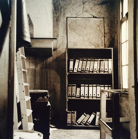 Foto realizada de la postal que me compré en el Museo (descansillo con estantería giratoria)