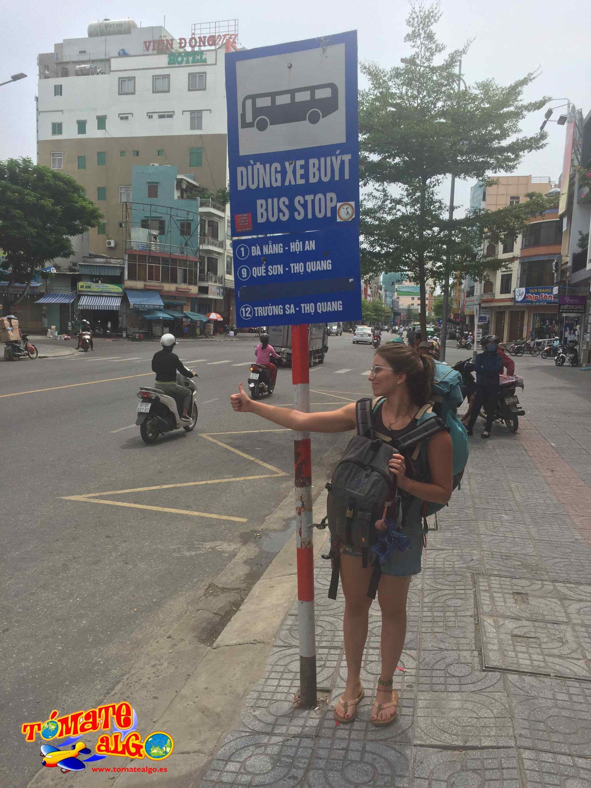 Ana esperando el bus desde Da Nang hacia Hoi An