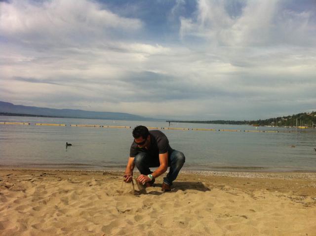 Aquí cogiéndole un poco de arena a Juan Alfonso para su colección